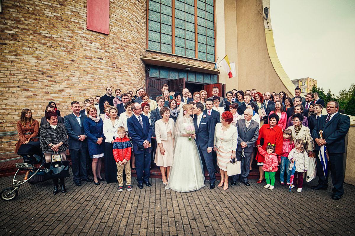 Piękny ślub w Wieruszowie zdjęcie grupowe przed kościołem