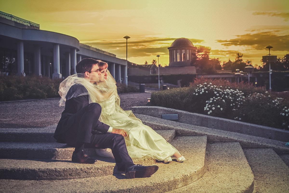 Plener ślubny we Wrocławiu zachód słońca na pergoli