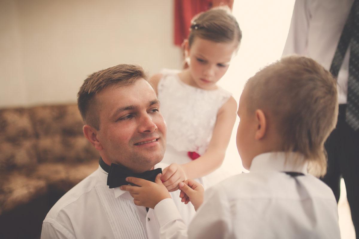 Wesele w Baranowskiej Chacie - Pan Młody w trakcie przygotowań ślubnych