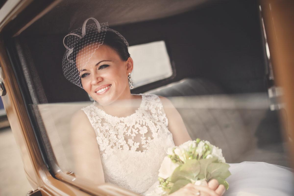 Wesele w Baranowskiej Chacie - Pani Młoda w samochodzie ślubnym