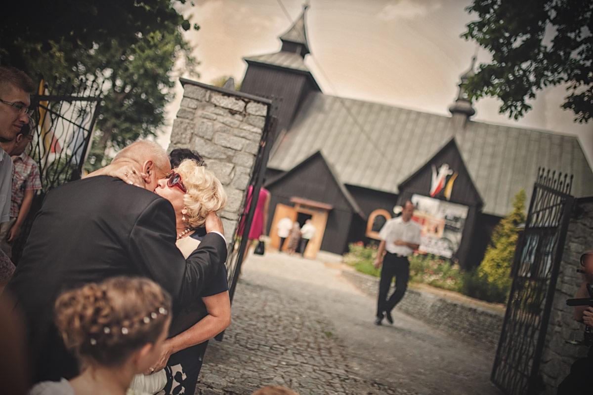Wesele w Baranowskiej Chacie - przywitanie przed kościołem