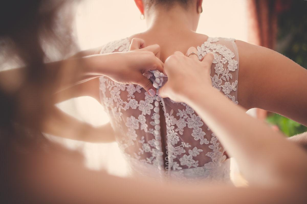 Wesele w Baranowskiej Chacie - zapinanie sukienki ślubnej