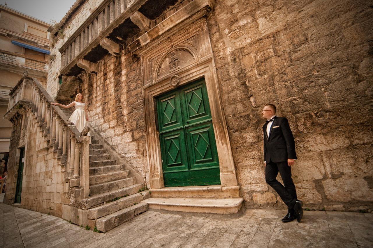 Plener ślubny w Chorwacji - schody na starym mieście w Szybeniku