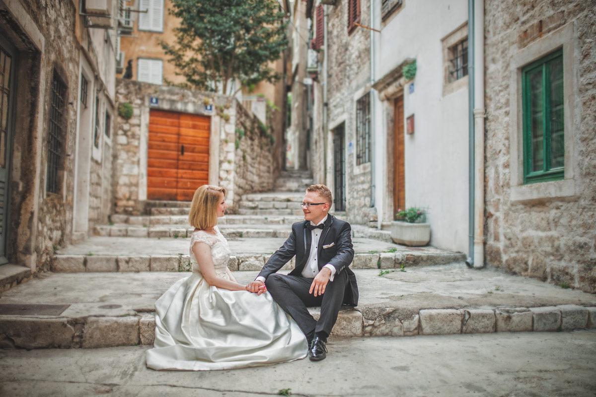 Plener ślubny w Chorwacji - zaciszna uliczka