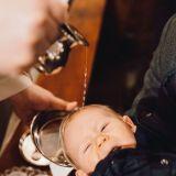 Zdjęcia z chrztu świętego moment polewania wodą święconą