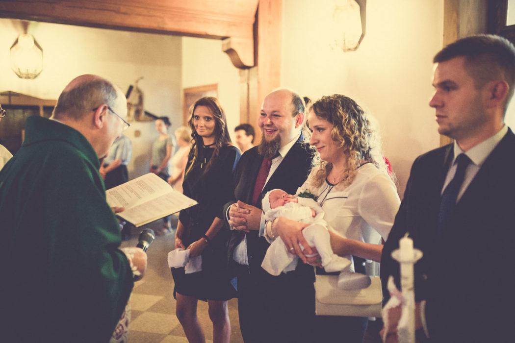 Zdjęcia z chrztu świętego przywitanie rodziców w kościele