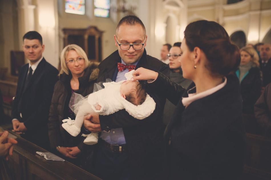 Zdjęcia z chrztu w kościele matka błogosławi dziecko