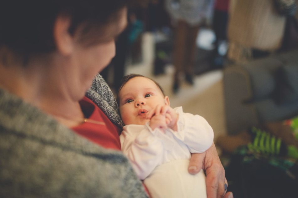 Zdjęcia z chrztu dziecko w ramionach babci