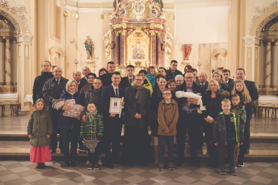 Zdjęcia z chrztu grupowa fotografia rodzinna