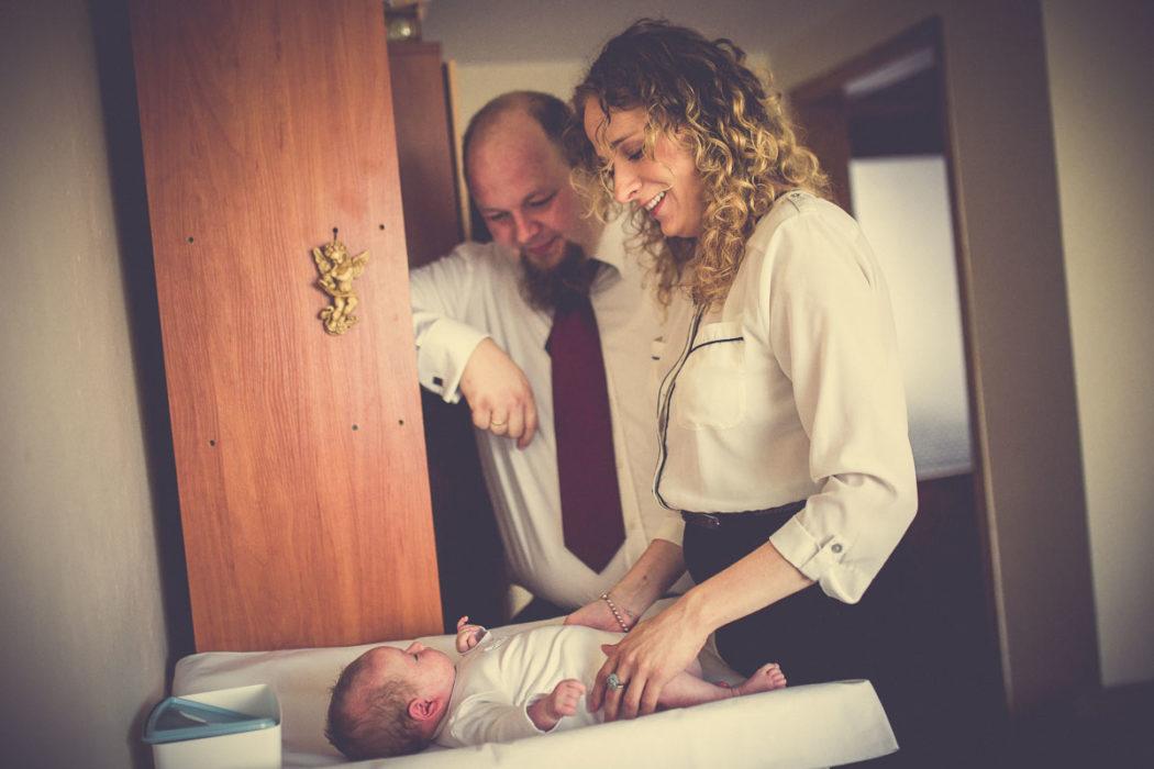 Zdjęcia z chrztu świętego ubieranie dziecka w domu