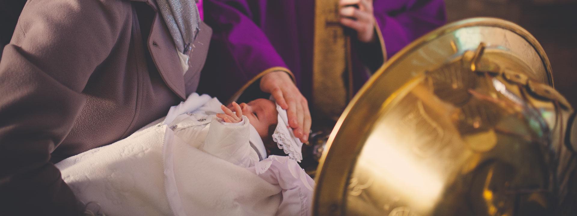 Zdjęcia z chrztu dziecko w trakcie sakramentu