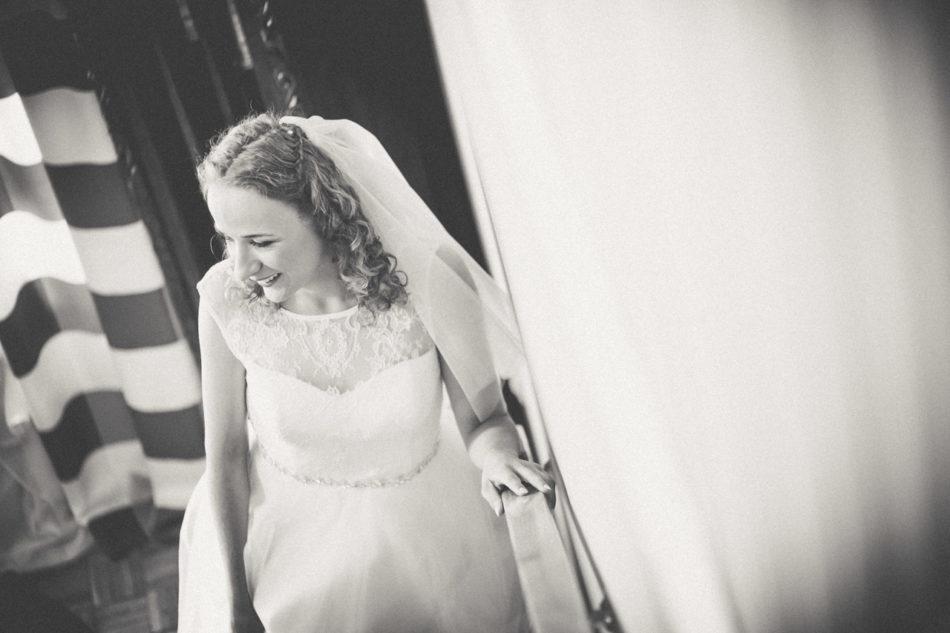 Przygotowania ślubne Pani Młodej w Pleszewie na schodach