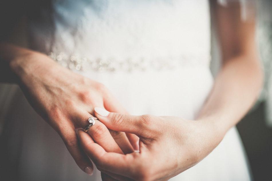 Przygotowania ślubne Pani Młodej w Pleszewie pierścionek zaręczynowy