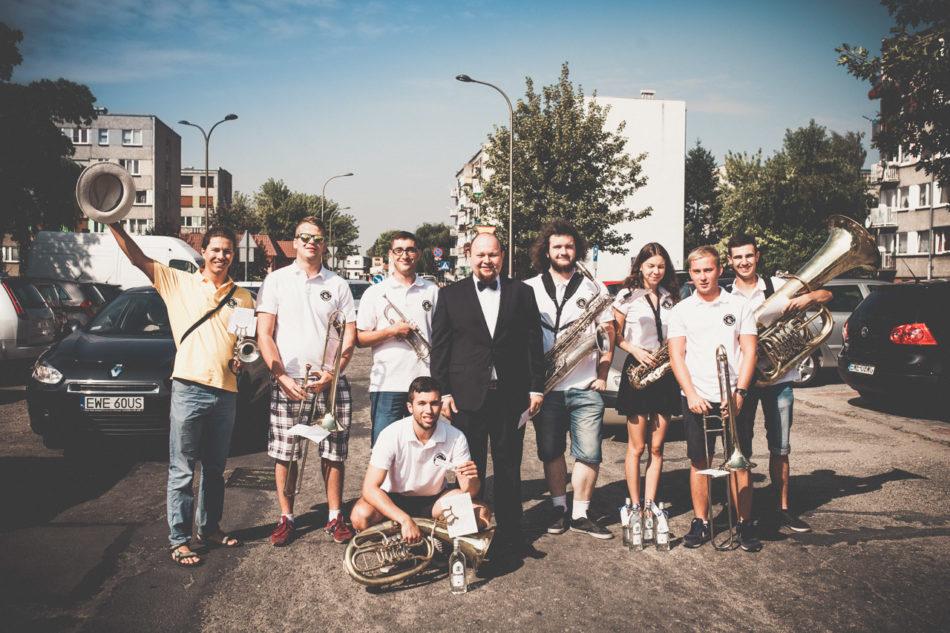 Orkiestra dęta pozdrawia Pana Młodego w Wieruszowie