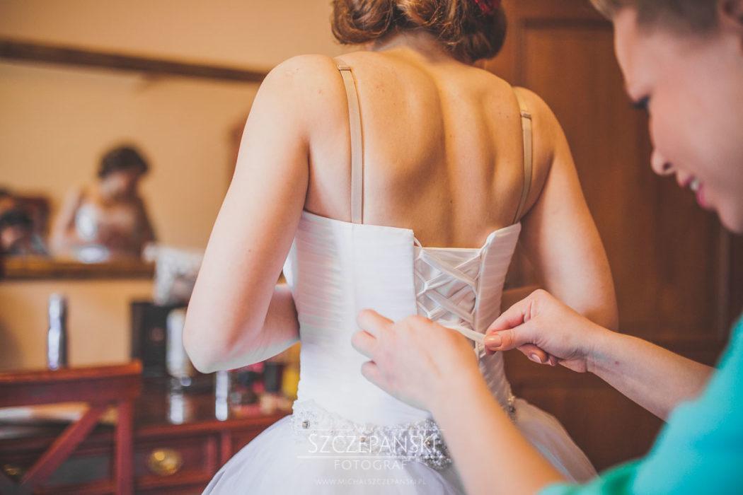 Przygotowania ślubne Pani Młodej wiązanie sukni