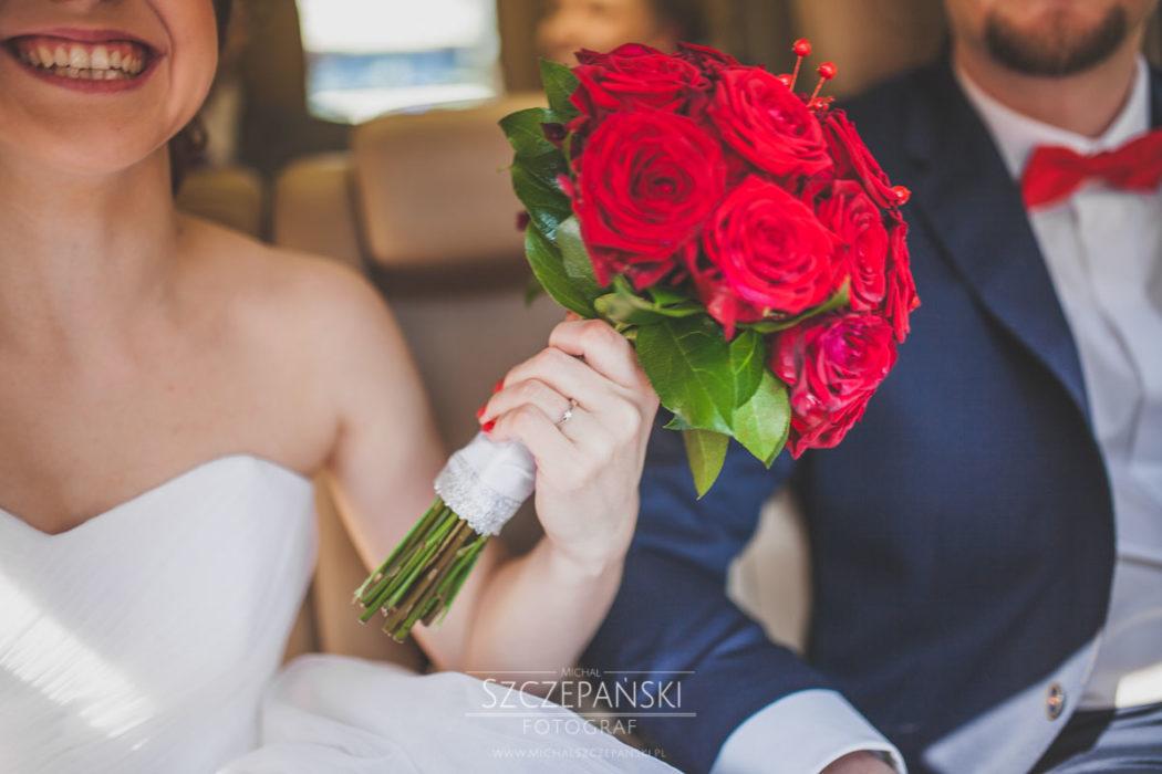 Para Młoda w samochodzie, bukiet ślubny