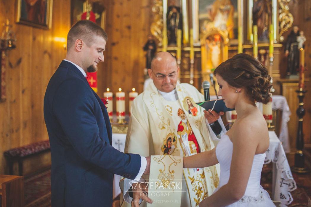 Para Młoda w trakcie przysięgi małżeńskiej