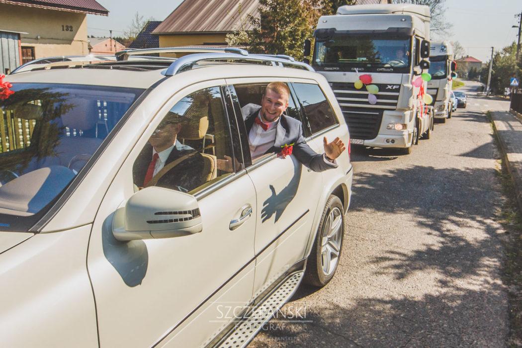 Pan Młody w samochodzie ślubnym mercedesie GL