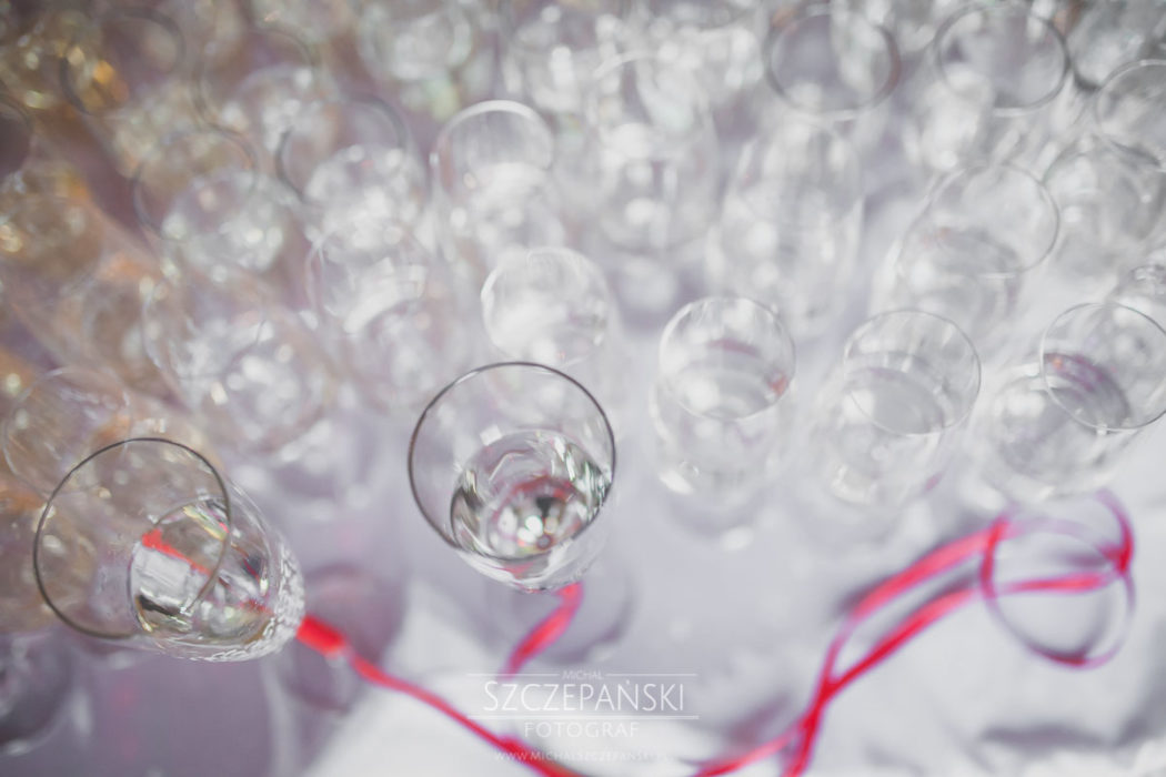 kieliszki z szampanem