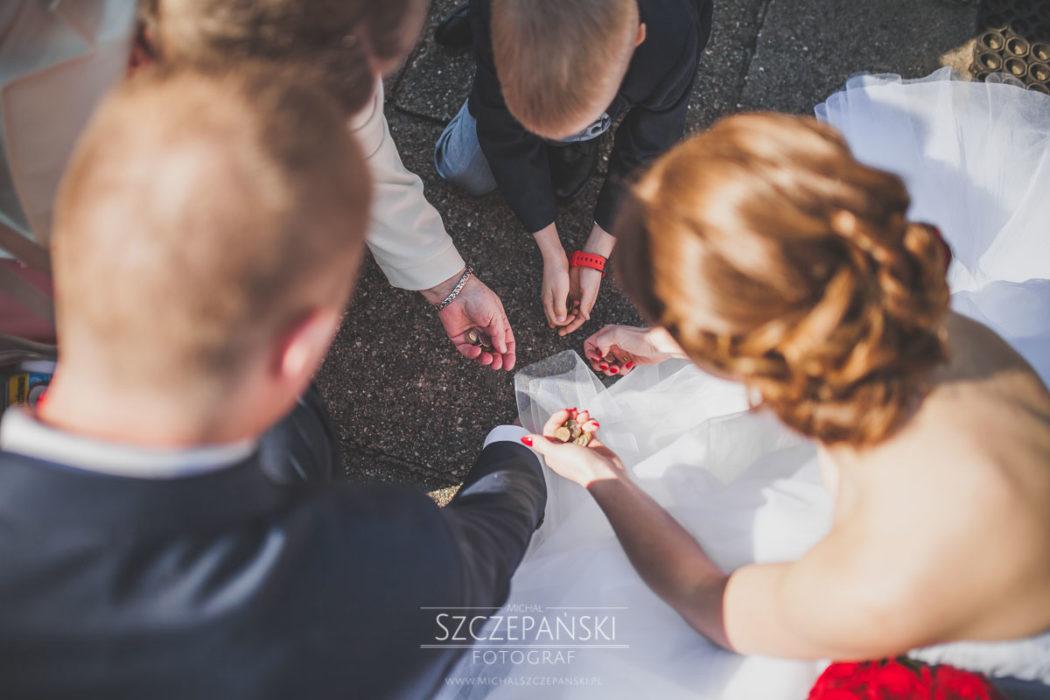 para młoda zbiera monety przed kościołem