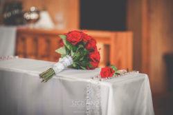 Detale ślubne bukiet kwiatów na klęczniku w trakcie ślubu