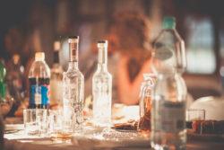 Detale ślubne butelki na stole weselnym