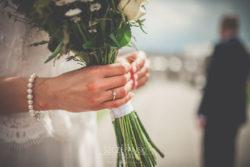 Detale ślubne bukiet ślubny w rękach Pani Młodej