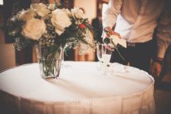 Detale ślubne nalewanie szampana dla Pary Młodej