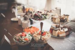 Detale ślubne sałatki na stole weselnym
