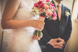 Detale ślubne bukiet Pani Młodej w ręce