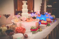 Fontanna czekoladowa na weselu biała