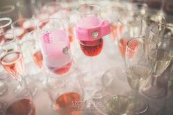 Detale ślubne kieliszki udekorowane z szampanem na ślubie