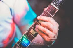 Detale ślubne dłoń i struny gitarzysty na weselu