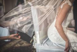 Detale ślubne welon Pani Młodej w kościele
