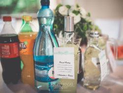 Detale ślubne napoje na stole weselnym