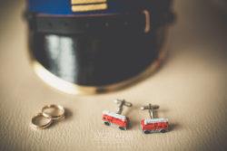 Detale ślubne spinki strażackie, obrączki ślubne oraz czapka