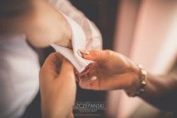 Detale ślubne zapinanie spinek Panu Młodemu