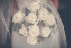 Detale ślubne bukiet kwiatów zakryty welonem