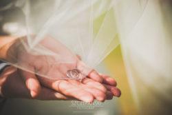 Detale ślubne obrączki ślubne w welonie
