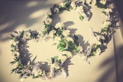 Detale ślubne kwiaty na samochodzie ślubnym