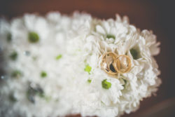 Detale ślubne obrączki ślubne w kwiatach