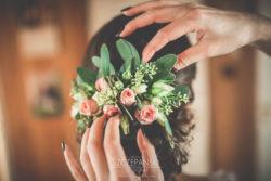Detale ślubne kwiaty we włosach u Pani Młodej
