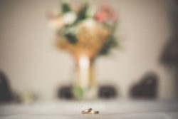 Detale ślubne obrączki leżące na stole