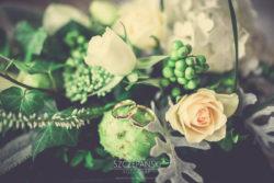 Detale ślubne obrączki w bukiecie kwiatów