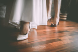 Detale ślubne stopa i buty Pani Młodej