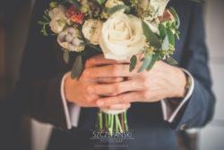 Detale ślubne Pan Młody z bukietem ślubnym