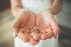 Detale ślubne obrączki w rękach Pani Młodej