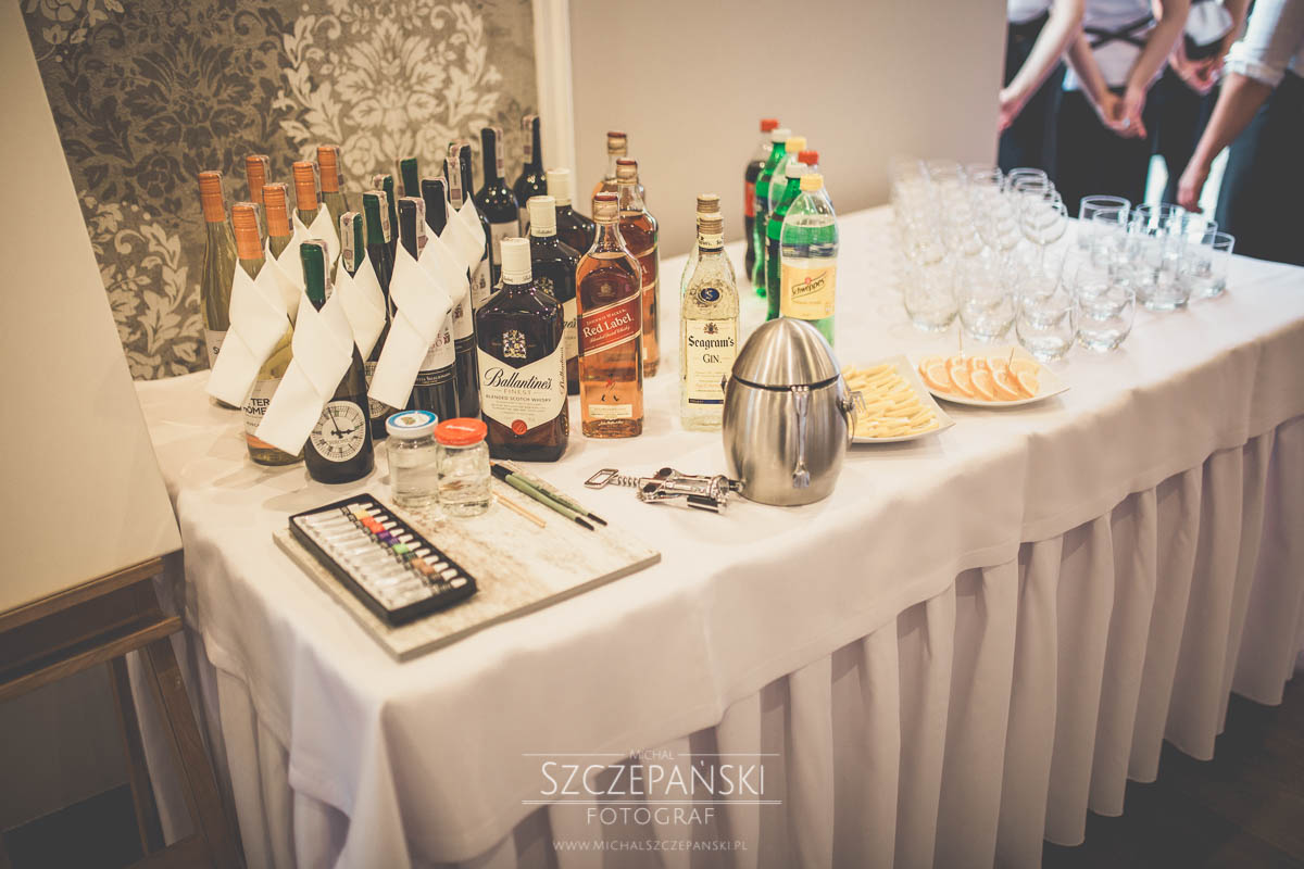 Weselny drink bar - stolik z alkoholami