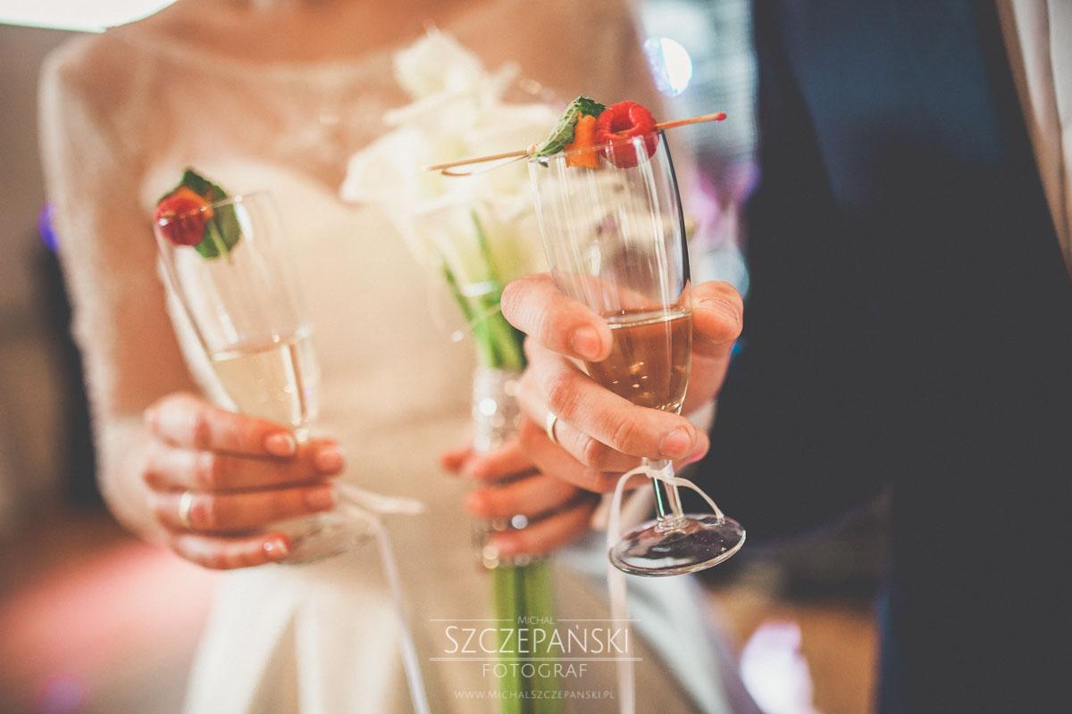 """""""Welcome drink"""" - czyli powitalny szampan w rękach pary młodej"""