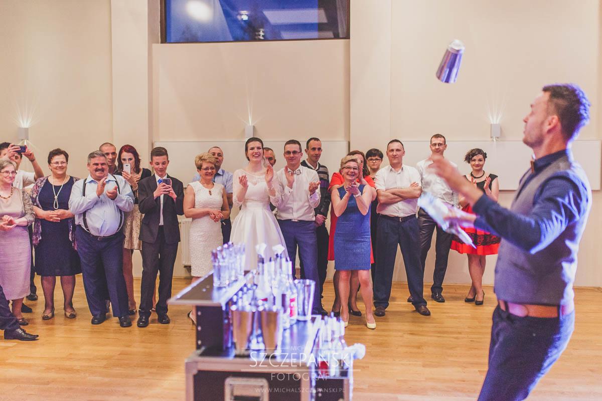 Barman na weselu żągluje butelkami